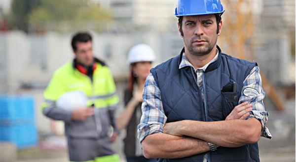 L'arrêt de travail pour cause d'intempérie doit être fait par le chef d'entreprise ou son représentant sur le chantier en concertation avec les délégués du personnel. Il ouvre droit à une indemnisation par la caisse Congés Payés Intempérie BTP de sa région.